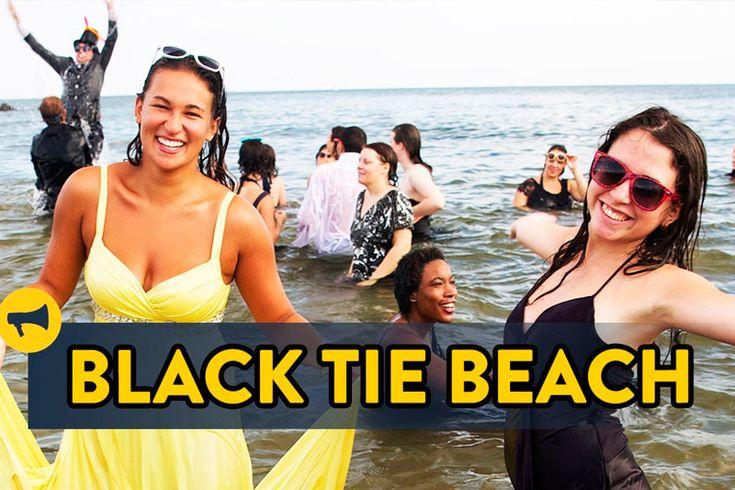 Флешмоб «Black Tie Beach» https://mensby.com/video/entertainment/4524-black-tie-beach  На побережье полуострова Кони-Айленд собрались сотни людей, чтобы провести день на пляже в деловой одежде. Джентльмены и их леди играли в волейбол, бегали, купались, строили замки из песка.