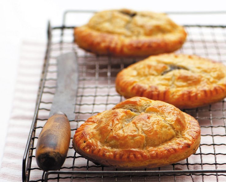 Quick steak-and-mushroom pies | rooi rose
