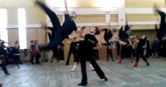 【超絶美技】すごワザ連発で開いた口がふさがらないっ!+ウクライナの舞踊団がみせる民族舞踊「ゴパック」が超人的すぎるなり
