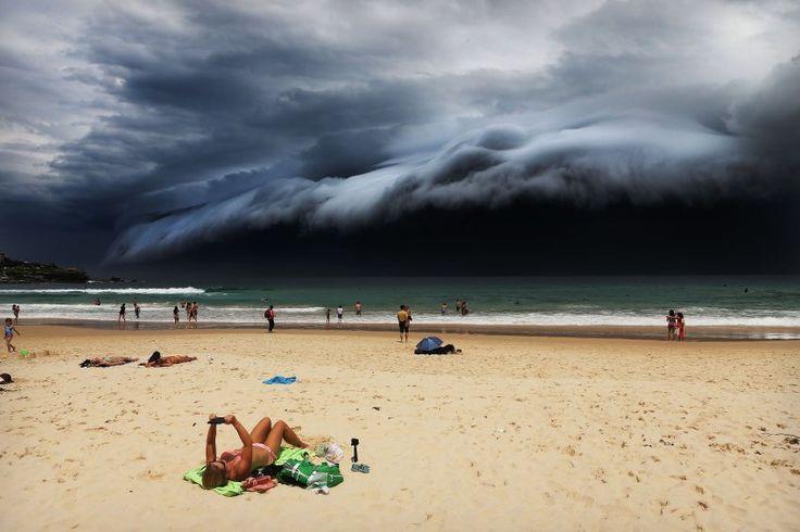 """Naturgewalt Wetter: In der Kategorie """"Nature"""" gewann dieses Bild von Rohan Kelly. Es zeigt einen spektakulären """"Wolkentsunami"""" an der Küste von Sydney, während sich einzelne Badegäste noch sonnen."""