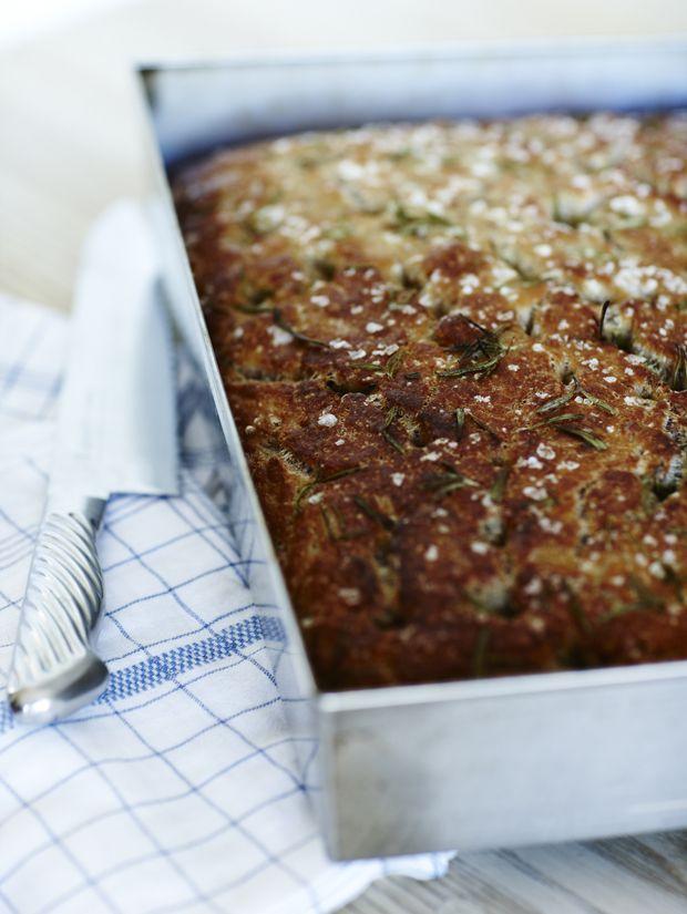 Mette Blomsterberg har lavet en skøn opskrift på saftigt focacciabrød med rosmarin og flagesalt. Få opskriften her!