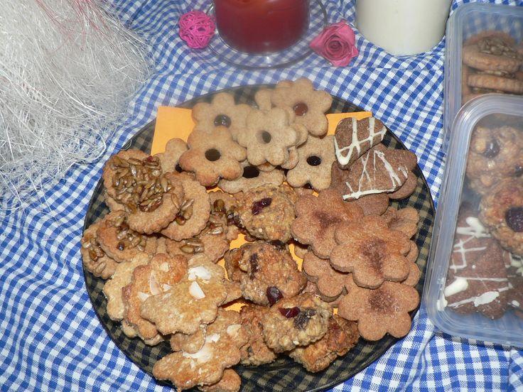 Špaldové celozrnné cukroví 700g Špaldové celozrnné cukroví...7 druhů v krabičce:linecké,kokosové,brusinkové hrudky,slunečnicové kolečka,linecké s karobovou náplní,slořicové s oříškovokarobovou náplní a vlašským ořechem,karobová srdíčka s polevou. VÝBORNÉ ZDRAVÉ MLSÁNÍČKO :) Složení:špaldová mouka,rýžový sirup,rostlinný tuk,skořice,slunečnice,sojová ...