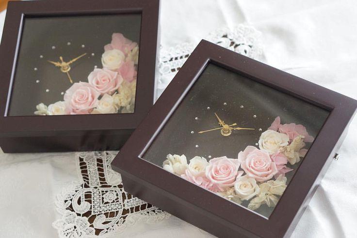 ▪️▪️▪️▪️ ・ ・ プリザーブドフラワーの時計。 披露宴での両親贈呈品です*\(^o^)/* ブラウンのフレームなら、落ち着いた雰囲気のお部屋にもぴったり。 アレンジはふんわりピンクと白で可愛く仕上げています。 ▪️▪️▪️▪️▪️▪️▪️ ・ ・  #プリザーブドフラワー #お花 #時計 #アンティーク #結婚式 #披露宴 #ウェディング #結婚式準備 #プレ花嫁 #結婚祝い #誕生日プレゼント #誕生日 #誕生日#プレゼント #ギフト #記念品 #インテリア #贈り物 #記念日 #婚約 #結婚 #アニバーサリー #オーダー #フルオーダー