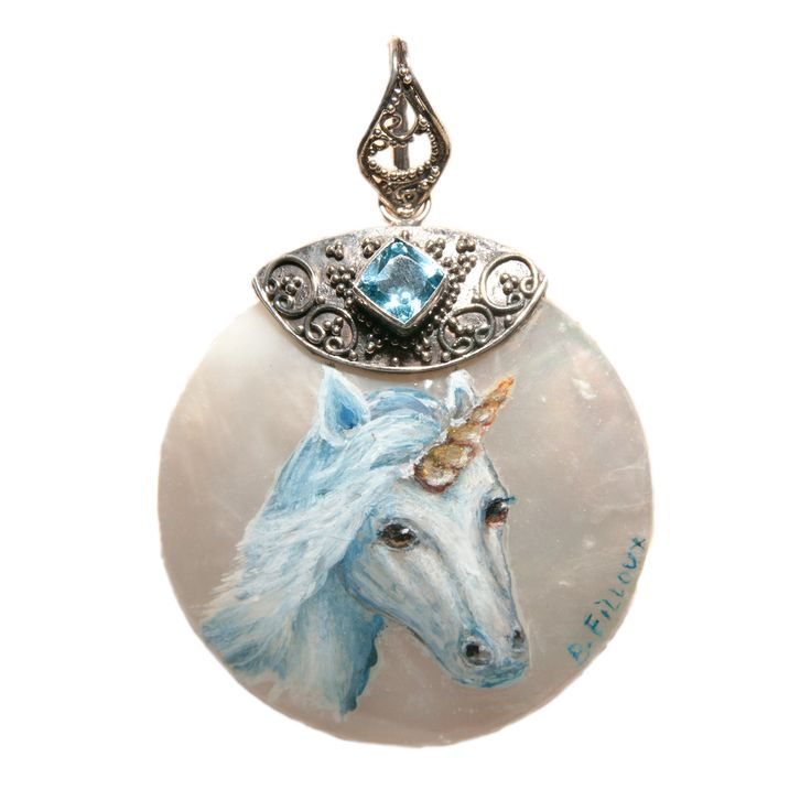 Pendentif nacre blanche, argent 925 et topaze bleu sur lequel est peint une licorne