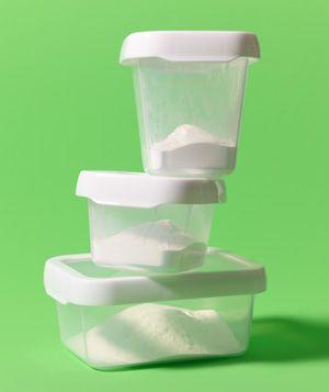een schepje baking soda in een plastic bakje haalt de luchtjes eruit
