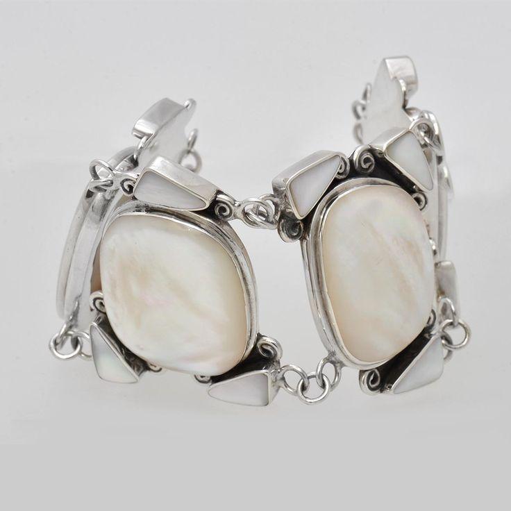Brățară din argint realizată manual, lucrată masiv în combinație cu sidef alb de scoică elegant ornamentat. Cod produs: VB3019 Greutate: 59.68 gr. Lungime: 20.00 cm Lățime: 4.30 cm Reglabil: da Piatră: SIDEF