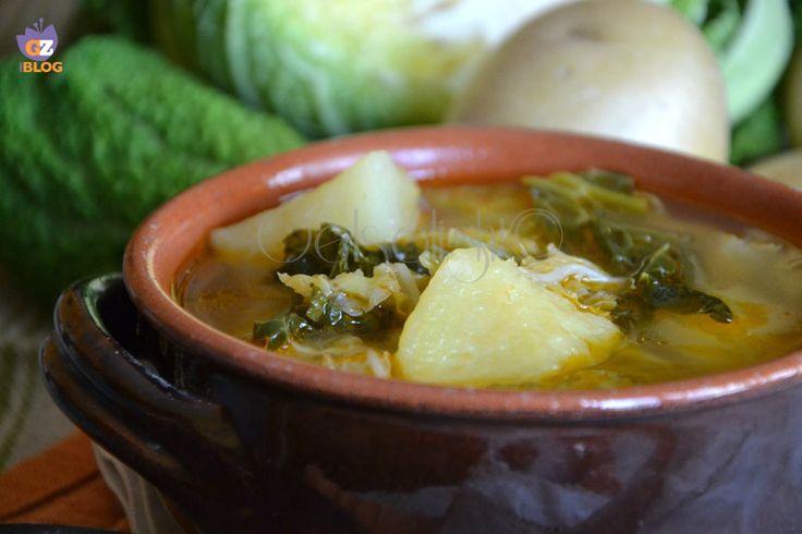 Zuppa di verza e patate, una ricetta antica piemontese, preparata con ingredienti poveri e salutari.
