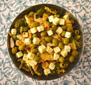 """Une semaine que j'annonçais la couleur: """"S'il fait beau jeudi dîner-salades sur la terrasse"""" et il faisait beau! Pour ce dîner entre filles j'avais prévu simple et léger: une belle salade de pâtes et soupe de fraise."""