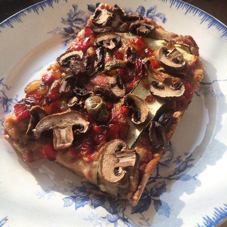 Vegan Pizza, zonder gluten, zonder suiker, zonder kaas, zonder vlees, maar toch net zo lekker en veel gezonder als een met mozzarella en salami!!!