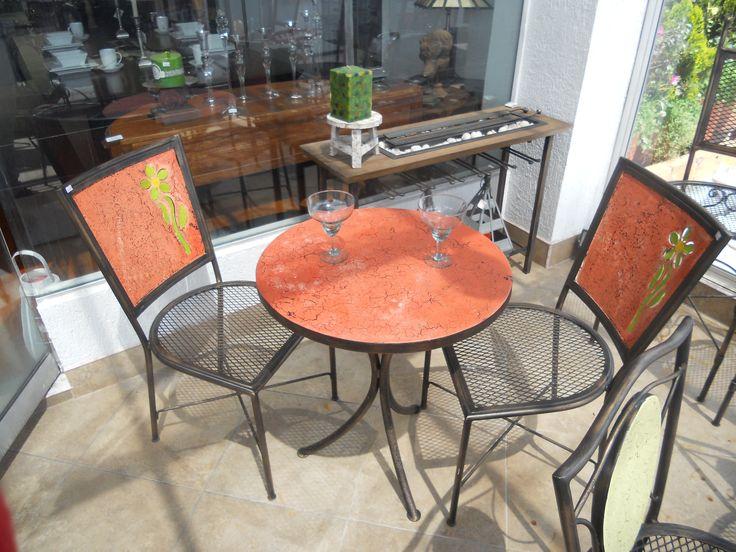 Comedor en hierro para terraza, colorido y de buen tamaño. athosmuebles.com