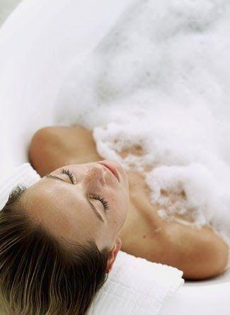 Un relajante baño de agua caliente se puede convertir en un auténtico tratamiento de belleza que devuelva a tu piel toda su tersura, hidrat...