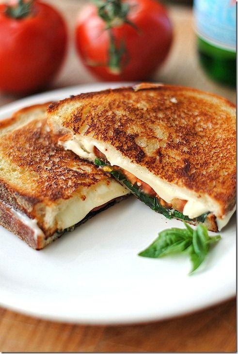 Sándwich de queso asado... 2 rebanadas de pan ,queso... 2 o 3 rebanadas de tomate fresco 2 o 3 hojas de albahaca 1 cucharadita. aceite de oliva sartén (o tostadora) a fuego medio y aceite de oliva en una sartén . Permita que el aceite a fuego lento y colocar el pan, el queso, la albahaca, el tomate y la parte superior con una rodaja de pan pasado. Dejar cocer unos 5 minutos, dependiendo de cómo usted quiera , y voltear y cocinar otros 3 a 5 minutoso)