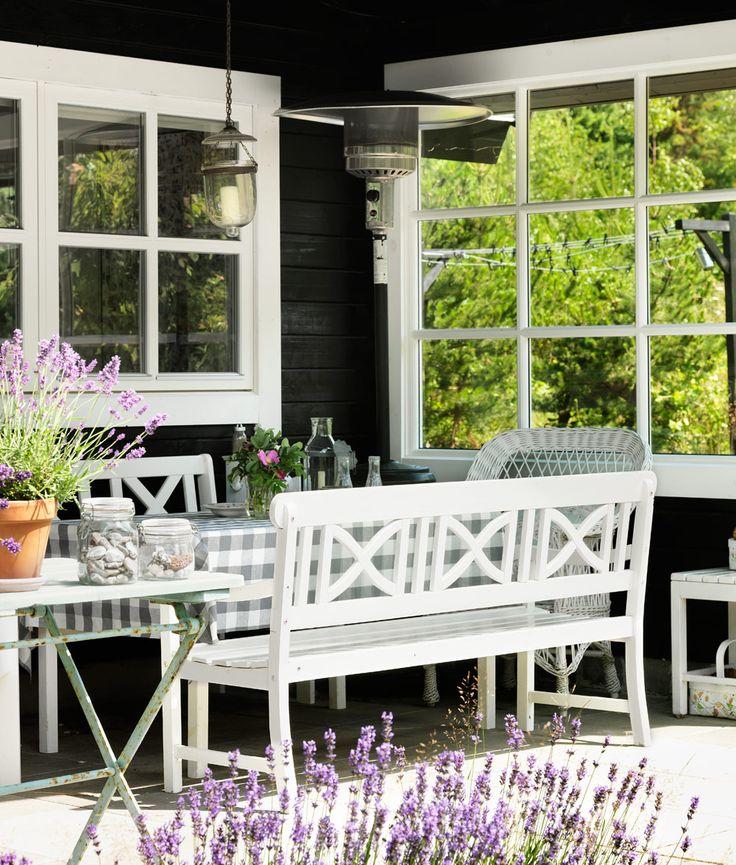 Love this patio with its nontraditional, black backdrop ~ Inredningsdetaljerna som förstärker sommarkänslan - Sköna hem