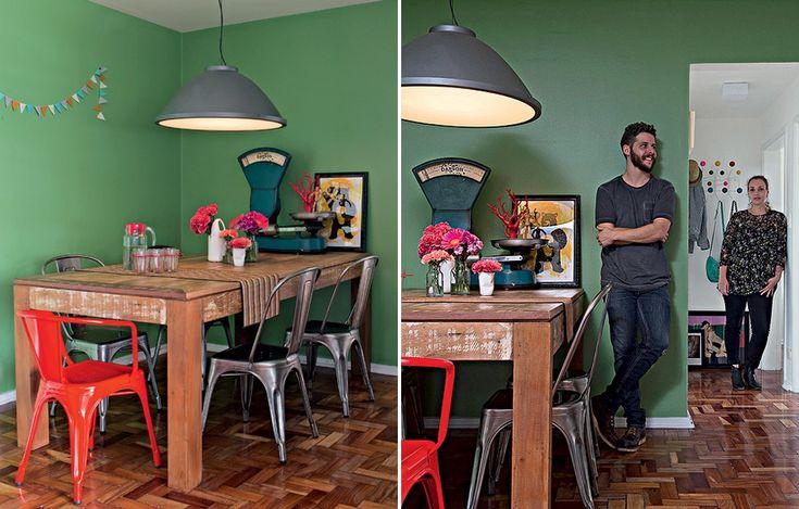 A balança antiga, típica de armazém, decora a mesa de madeira de demolição na casa de Vitoria Parasmo e Ivan Pires