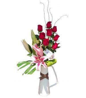 Arreglo de rosas Angelique:  Rosas rojas con lilium y salix, en florero exclusivo de cerámica, decorado con lazo.  Puede elegir el color de rosas que desee. Diseño personalizado, pídelo por delivery en florería Pétalos y Hojas