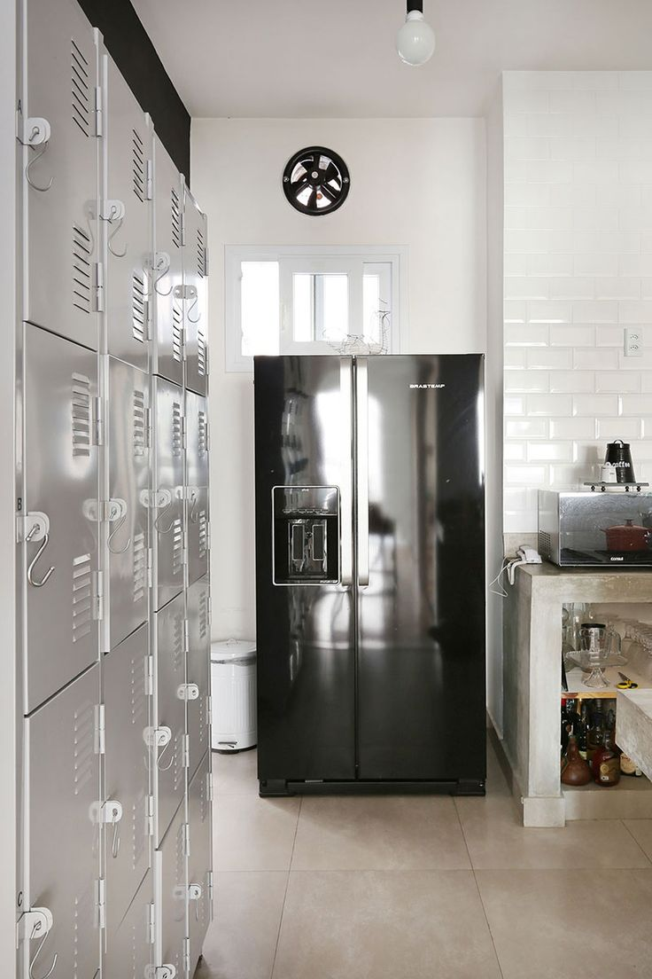 Decoração de apartamento industrial e aconchegante. Com parede de tijolinho branco na cozinha, louças visíveis