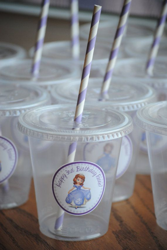 Los detalles, ya sean vasos, botellitas de agua o galletas lucirán mucho en tu fiesta y son simples. #PrincesaSofia vaso-princesa-sofia