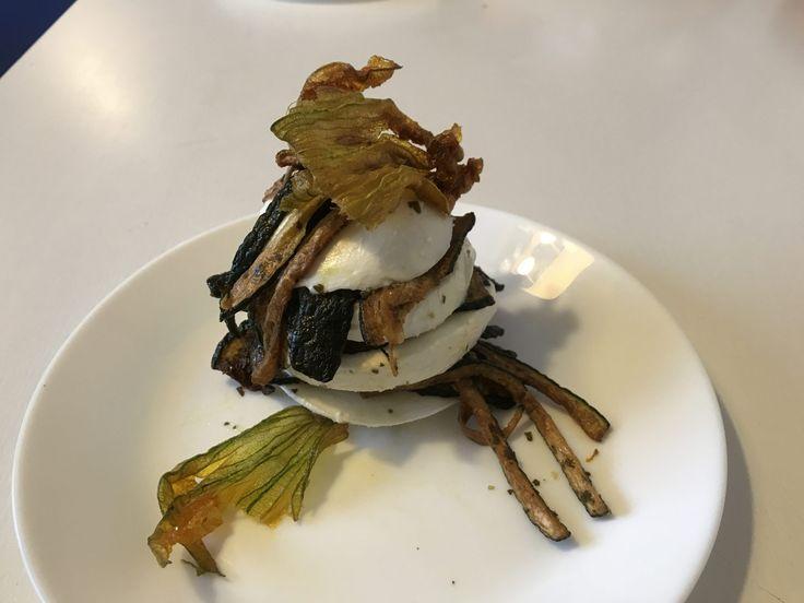 Mozzarella e zucchine in scapece  http://www.cucinaconbenedetta.com/?p=6611  Ho realizzato la Mozzarella e zucchine in scapece cercando di ottenere tutto il sapore intenso delle zucchine in scapece, accompagnato dalla dolcezza rinfrescante della mozzarella, e devo dire che l'esperimento è stato un successo. Le zucchine in scapece sono una preparazione tradizionale che...  #Ricette, #Secondipiatti, #Tortesalateepiattiunici #Benedetta #Cucina