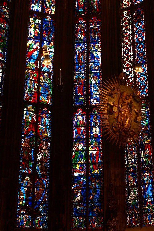 De Dom van Aken (Duitsland) - glas-in-lood-ramen. De vensters behoren met een hoogte van ca. 25,60 m tot de grootste gotische vensters die er zijn. Het maaswerk dateert hoofdzakelijk uit de 19e eeuw. De oude glazen werden tijdens de Tweede Wereldoorlog verwoest. De huidige glazen vensters werden tussen 1949 en 1951 gemaakt naar ontwerpen van Walther Benner. Foto: G.J. Koppenaal - 30/11/2011