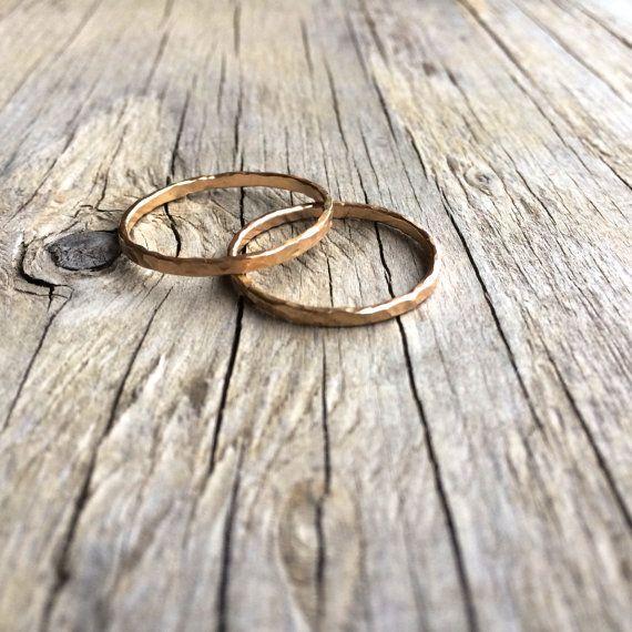 Gehamerd goud stapelen ring. Geciseleerde 14 karaats door HAWKHOUSE