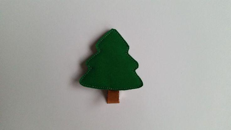 Zielona choinka – matowa. Spinka wykonana z połyskującej tkaniny. Wym. 5cmx5,5cm, klips: krokodyl 4,5cm.