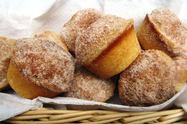 Esponjosos como los donuts y con un crujiente topping de azúcar y canela. Estas magdalenas que unen dos de los dulces más ricos y preferidos por los niños