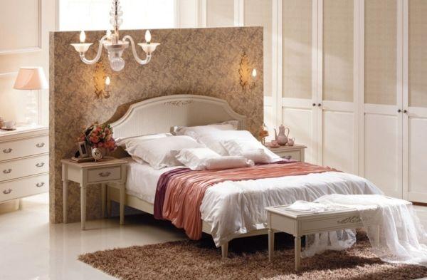 romantisches-Schlafzimmer-dunkel-rosa-Tapeten