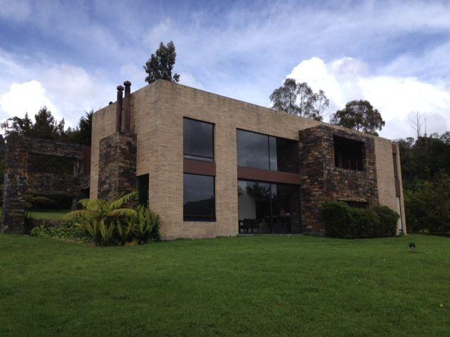 Colombia, ogota, La Calera. Espectacular casa campestre moderna de 2 pisos en lote de 3.245 metros cuadrados con magnífica vista a solo 40 minutos de Bogotá. http://www.colombiaexclusive.com/inmobiliaria/laventa.php?idventa=431