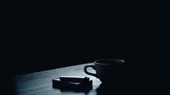 No hay combinación más romántica y melancólica como la del café, letras y desahogo - culturacolectiva.com
