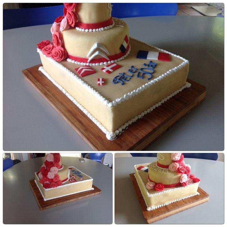 Kombineret bryllupskage og fødselsdags kage til Trine og Peter.  Nederst en blondiebund, de andre bunde er alm. lagkage bunde. Fyld er hvid chokolademousse og solbærmousse med skyr.