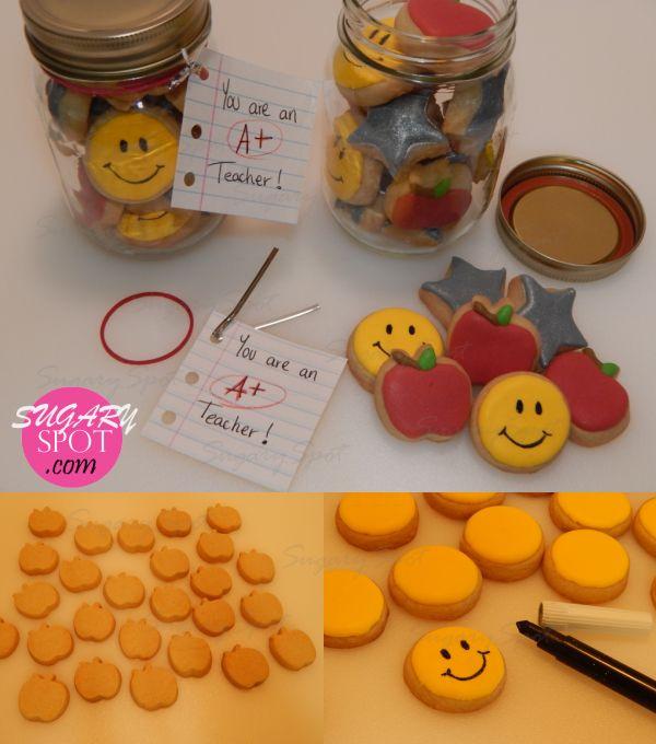 Idea - Lindas mini galletitas en una jarra mason para el dia del Maestro.  Checa como se hicieron con este pictorial de SugarySpot!
