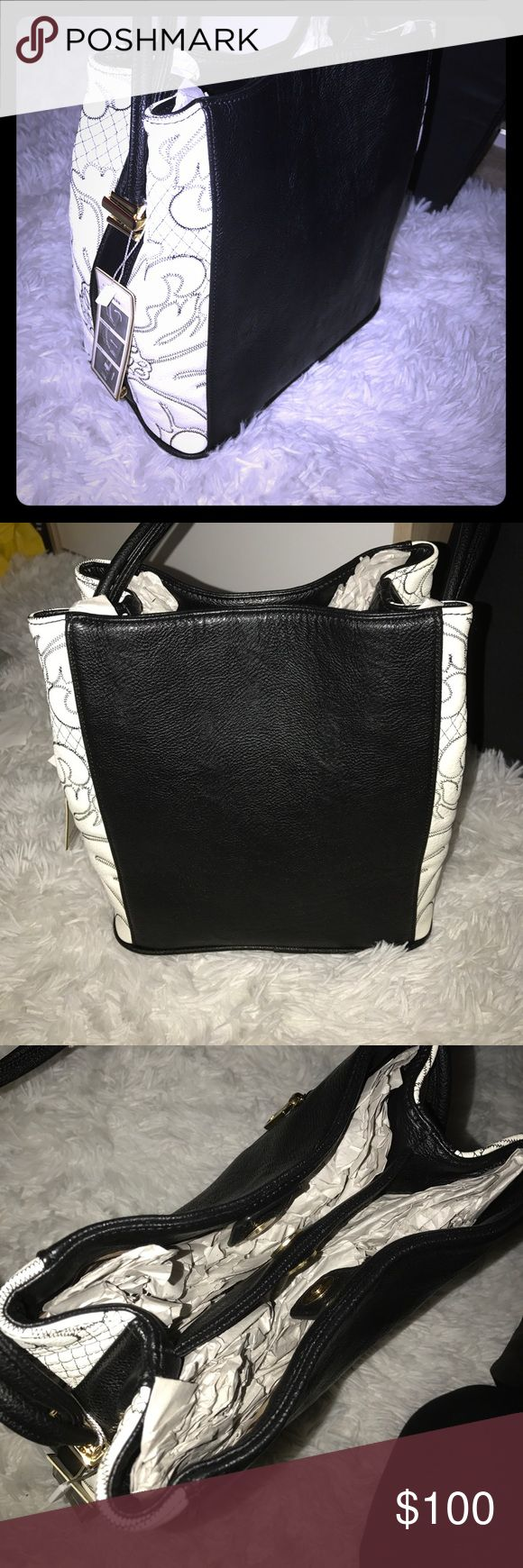 Black and white Purse This is a lovely black and white Purse and handle can be adjusted! It has amazing detail on the side will make a mom happy this coming MOTHERS DAY 🙌👏😍 Bags Shoulder Bags