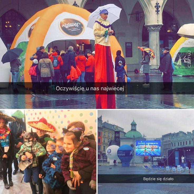 Pomimo niepogody zapraszamy na 16. PZU Cracovia Maraton 🏃♀️🏃na #rynekglowny na przeciwko #pomnikadamamickiewicza - tu od rana panuje #pozytywnaenergia 🌞#positivevibes 🎉❗️Do godziny 15:00 znajdziecie nas pod namiotem #wawel. Szukajcie tam gdzie są największe kolejki 😁✌️ #otofotobudka #event #maraton #fotobudka #krakow #branding