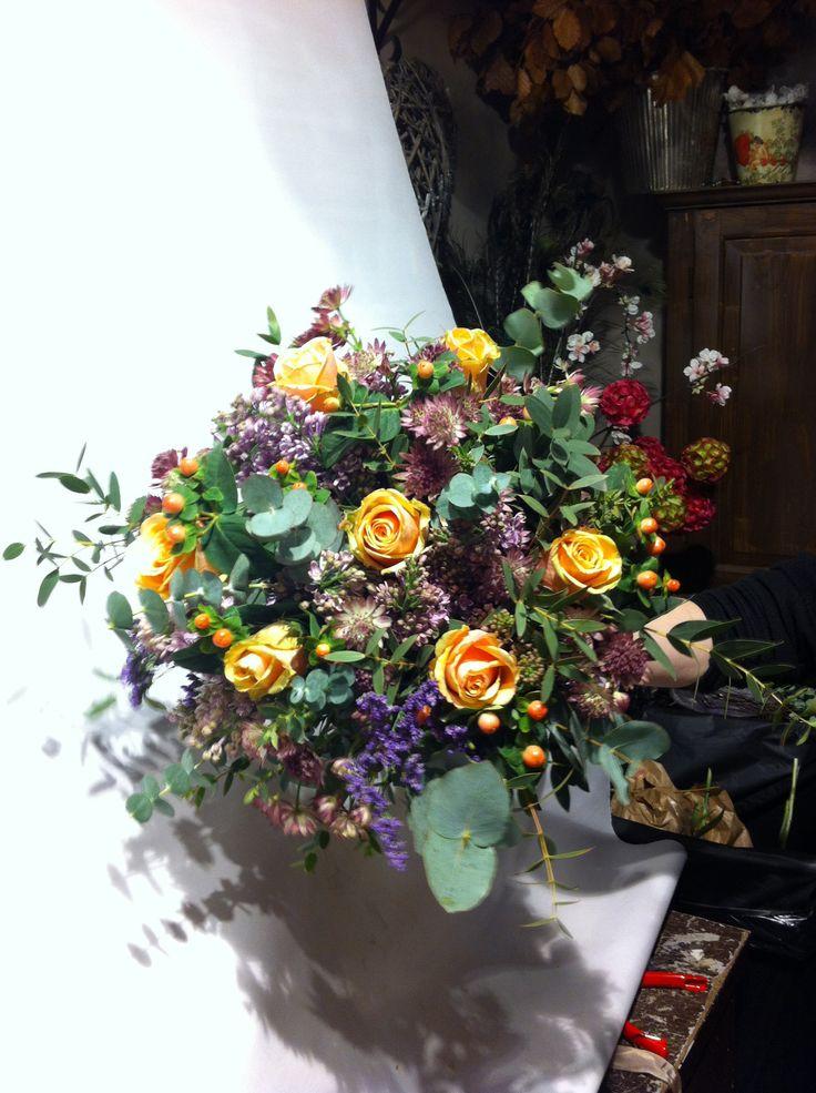 Jeg lagde en bukett til salg som etter hvert ble en gave til en av ansatte i butikken som skal ha bursdag i morgen. Buketten skulle være ganske høy og ikke en liten tett bukett. Så jeg ble faktisk fornøyd med resultatet fordi sammen med ansatte kom jeg frem til at jeg fikk til formen. Buketten ble ikke for tett og det var mye luft mellom blomstene. Jeg ble også fornøyd med hvordan jeg gruperte blomstene etter form og farge, der jeg fokuserte på lilla, men også lys fersken for å danne en…