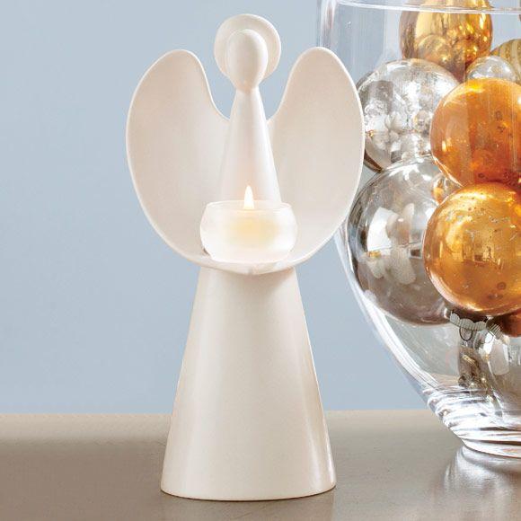 Teelichthalter Engelsherz, € 39,90; Satinierte Keramik mit integriertem, mattem Teelichtglas. BxH: 13x25 cm. Für Teelichter.  Leuchtende Engel und Düfte der Saison verbreiten Harmonie und Besinnlichkeit