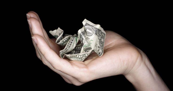 Cómo recuperar un billete de dólar roto. Un billete de dólar, de acuerdo al Banco de Reserva Federal de Atlanta, circula en promedio por sólo 21 meses. Es sólo papel, después de todo, y se maneja duramente mientras pasa de persona a persona, incluyendo las rasgaduras. Si te pasaron un billete roto o, tal vez, lo rompiste tú mismo, probablemente puedas recuperar su valor. Dependiendo del ...