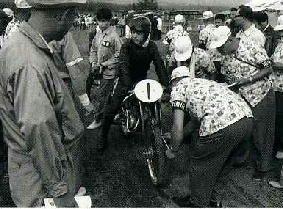 ウルトラライト(125cc)に出場した大会最年少選手16歳の生沢徹(=オーツキ・ダンディ、50cc)。わかさ会(修理・販売店関係の若手で組織)がアロハシャツを着て運営に尽力した。