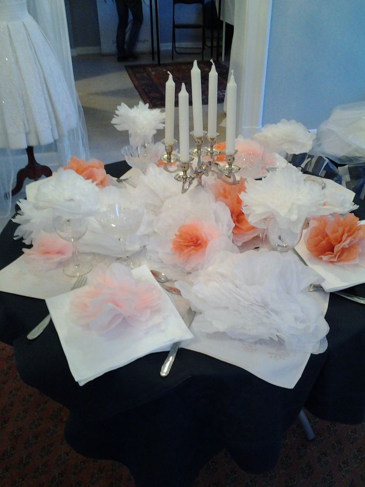 Et bryllupsbord pyntet med blomster i papir