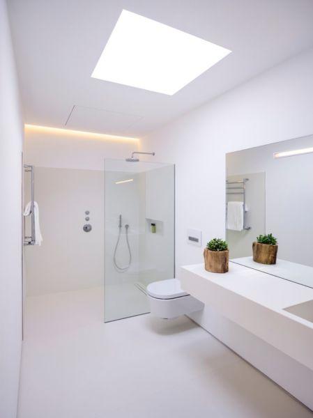 Toilette entfernen, graue Fliesen und langes Fenster am Ende der Dusche hinzufügen. Perfekter Handtuchhalter, Dachfenster und Waschtisch.