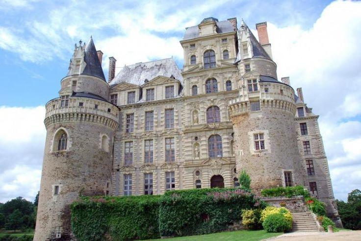 Что может привлекать любителей непознанного больше, чем средневековые замки? Только замки с привидениями! Не верите в призраков? Возможно, посещение этих мест изменит ваше мнение