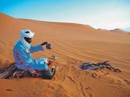camminare tra le dune del deserto