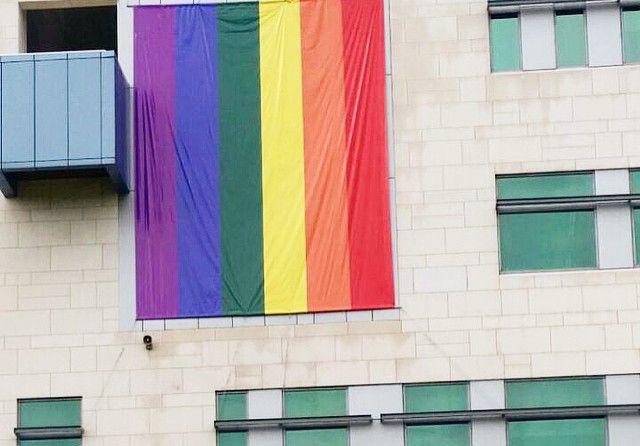 VIDEO – Bandera #LGBT en embajada EE.UU. genera polémica
