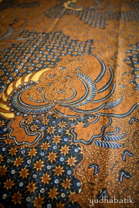 """Solo stamped batik in """"Truntum lar"""" pattern. Solo batik is very distinguished. The specific colors that used for Solo batik is 'soga' brown in a golden-brown color and dark background. Dissimilar with Jogjanan style batik, which using a darker 'soga' that looks like a coffee brown instead of golden brown and white from the original fabric color - Solo, Central Java"""