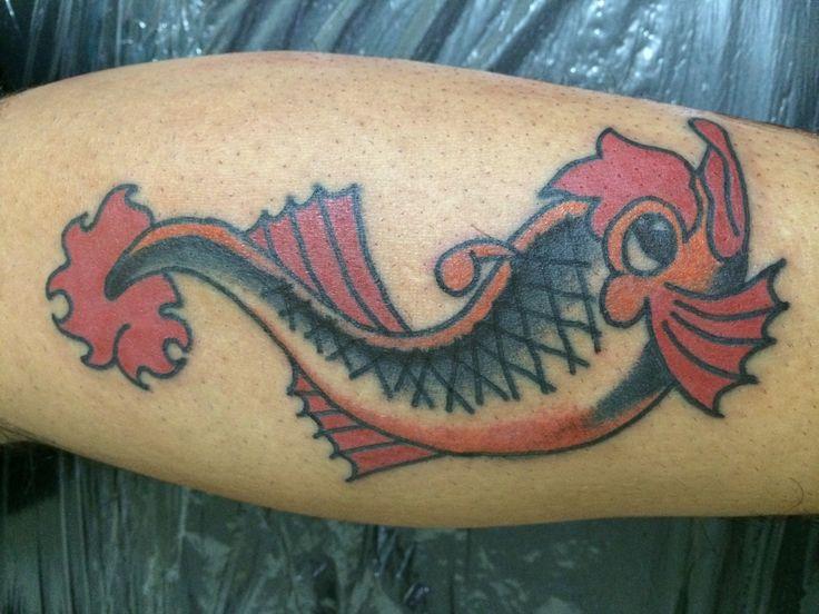 Este tatuaje es un flash original de Sailor Jerry se realizo como un homenaje a este gran tatuador. #traditional #tattoo #traditionaltattoo #oldschool #oldschooltattoo #americantatto #flash #tattooflash #sailorjerry #sailorjerrytattoo #rafatattoos #rafamata #rafamatatattoos #ink #inklove #art #artlove #costarica #506 #tattoolife #fish #color #colortattoo