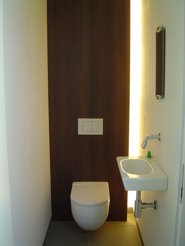 Toilet met verticale lichtstrip