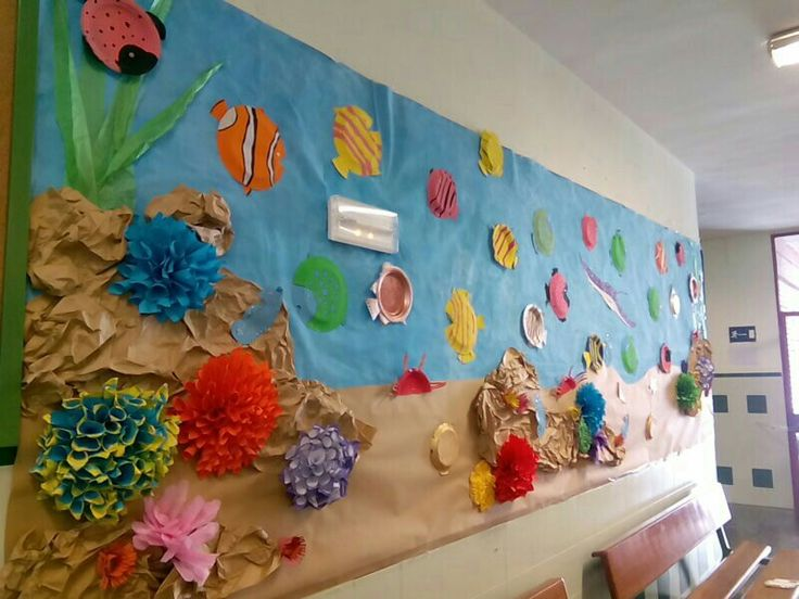Mural del fondo marino con platos de cartón