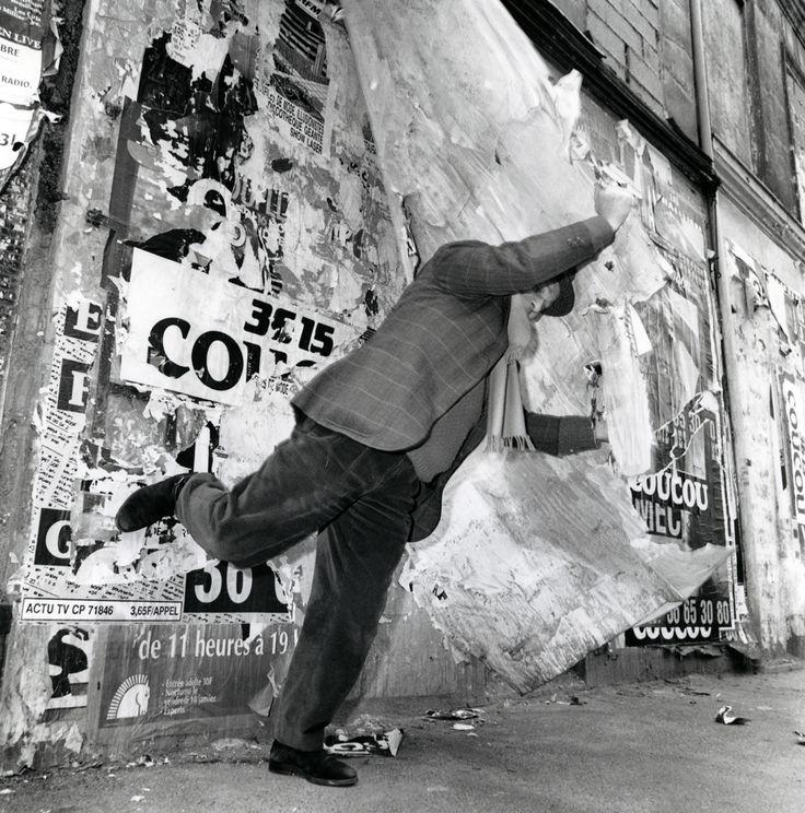 """Photo of Jacques Villeglé by François Poivret, """"Issy-les-Moulineaux, 28 janvier 1991"""" (1991) (courtesy Galerie Georges-Philippe et Nathalie Vallois, Paris)"""