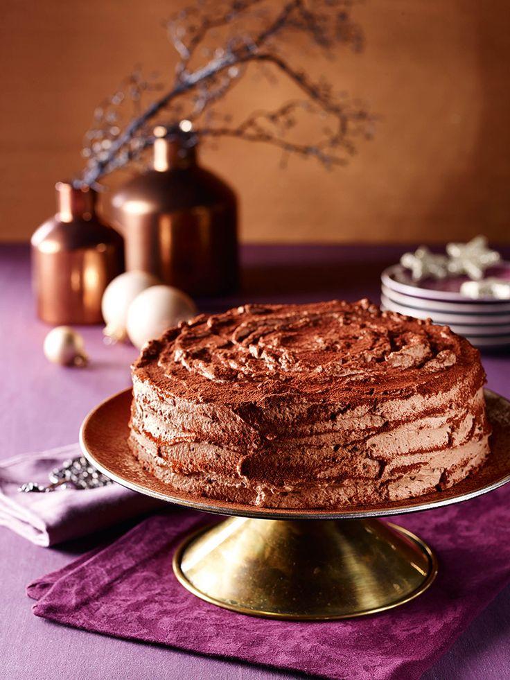 Heller Marzipan-Biskuit mit Schoko-Sahne-Creme