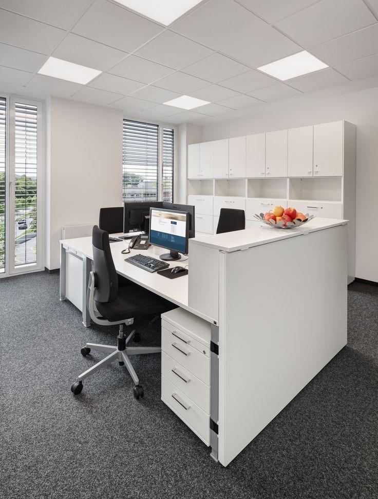Ergonomischer Bürostuhl, Lifttisch, Stauraum, Raumtrenner, Schrankwand, Weiß