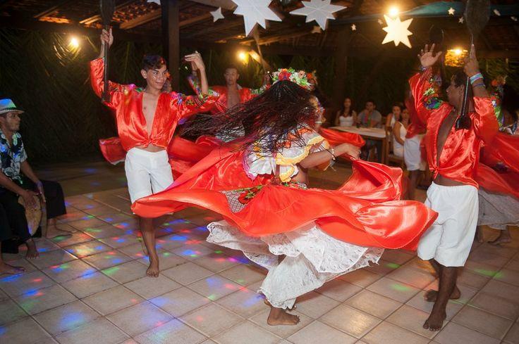 Ilha de Marajó É uma ilha brasileira do estado do Pará, localizada na foz do rio Amazonas no arquipélago do Marajó. Com uma área de aproximadamente 40 100 km², é a maior ilha do Brasil e também a maior ilha fluviomarítima do mundo. A cidade de Belém situa-se à sudeste do canal que separa a ilha do continente. A maior ilha fluvial é a Ilha do Bananal.  Fonte: http://pt.wikipedia.org
